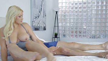 Блондинка с большой грудью ласкает себя на постели