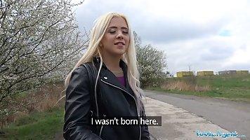 Молодая блондинка за деньги согласилась трахнуться на улице