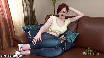 Красивая рыжая красотка Джей Роуз раздевается перед веб-каме...