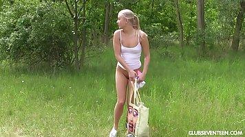 Блондинка нежно мастурбирует на лесной поляне