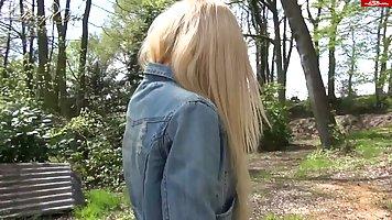 Молодая блондинка трахается в парке за деньги