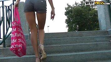 Милая блондинка дает парню в парке