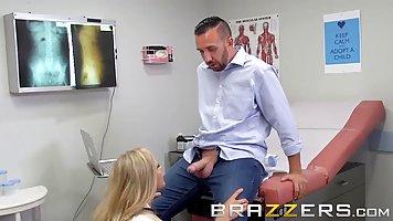 Пациент трахнул зрелую докторшу в чулках