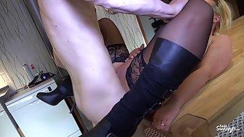 Молодой пацан трахает зрелую даму в чулках