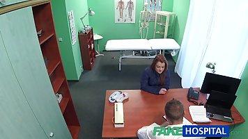 Доктор трахнул молодую клиентку у себя в кабинете