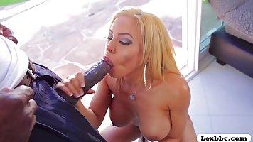 Сексуальная блондинка с большими дойками дала негру