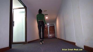 Стройная Тайская красотка в зеленую рубашку и черные брюки р...