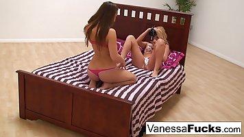 Клетка Ванесса и Дани Дэниелс занимаются лесбийским сексом